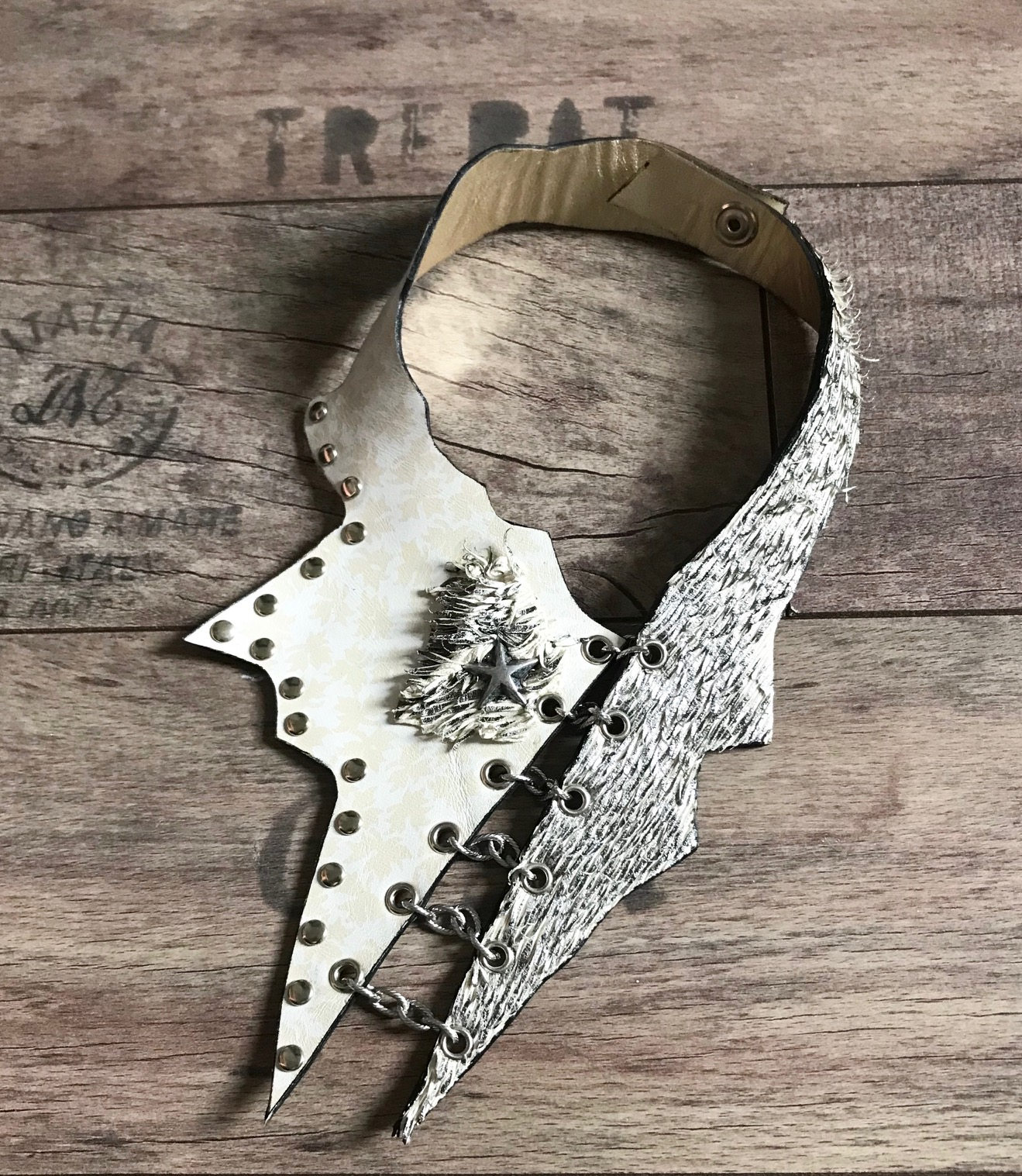CLASSY white evileve LEATHER NECKLACE